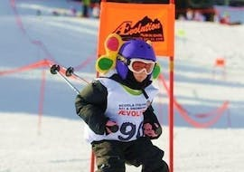 Kids Ski Lessons (4-13 years) - All Levels of the Scuola di Sci AEVolution Ski School are coming to an end, one child faces the final race concentrated.