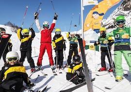 Kindergruppe jubelt im Skikurs für Kinder (4-13 Jahre) - Anfänger