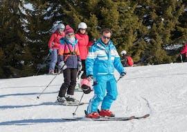 Un moniteur de 360 Les Gets montre à des élèves des techniques de ski lors d'un cours de ski pour ados et adultes de tous niveaux.