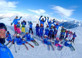 Un groupe de jeunes skieurs participe aux Cours de ski Enfants (5-12 ans) pour Débutants - Vacances organisés par l'école de ski Scuola di Sci Olimpionica dans la station de Via Lattea à Sestriere.