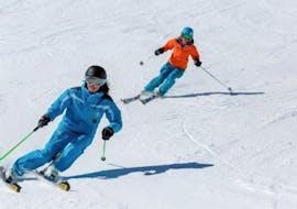 Deux personnes s'initient aux virages coupés durant un cours particulier de ski pour adultes avec l'ESI Glycérine à Anzère.