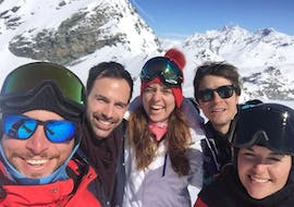 5 people are participating in some adult ski lessons for all levels with Ride'em Ski School Breuil-Cervinia.