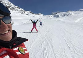 Excited people skiing down the slopes during their private ski lessons for adults of all levels with Ride'em Ski School Breuil-Cervinia.