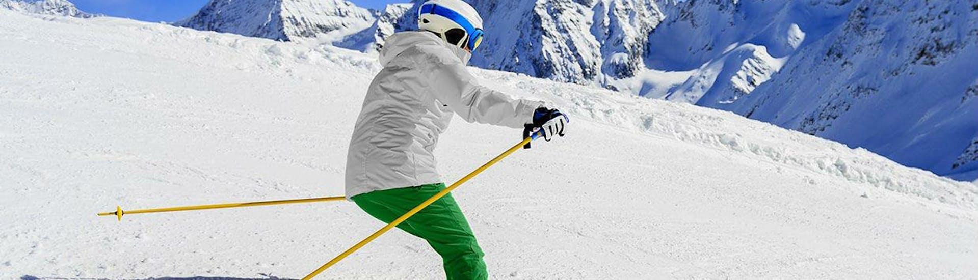 Un adulte prend un Cours particulier de ski Adultes - Basse saison - Arc 1950 avec Evolution 2 Spirit - Arc 1950 & Villaroger.