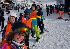 A row of children is enjoying their kids ski lessons for kids with experience with skischool Oberharz in Wurmberg.