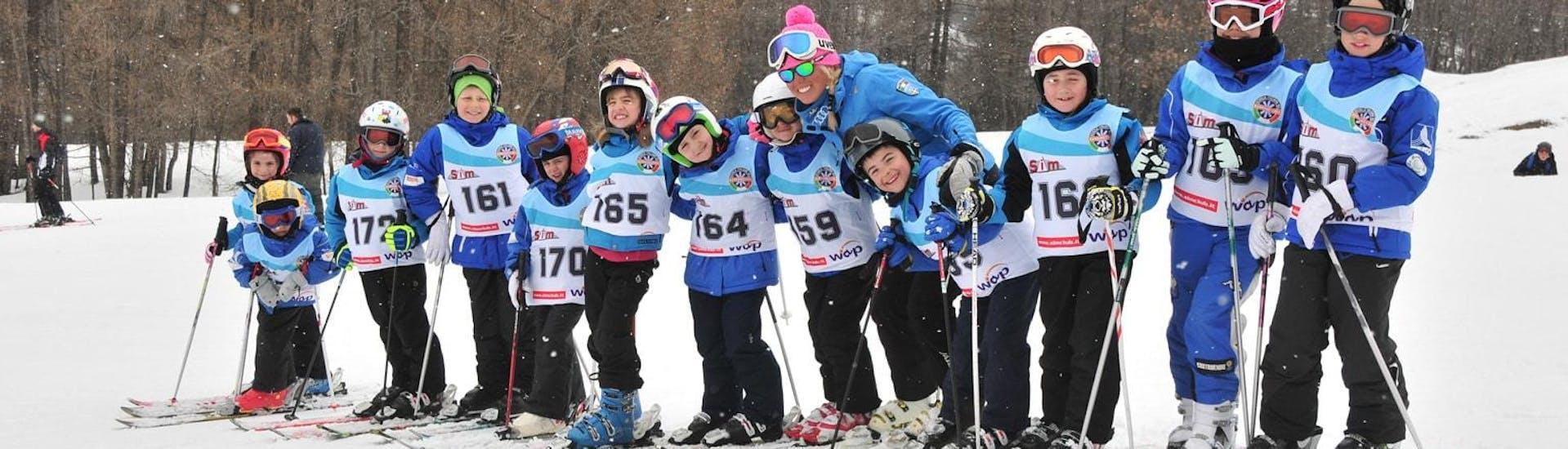 Pendant les fêtes de Noël, les enfants skient avec leurs amis dans le cadre de leur Cours de ski pour Enfants (4 à 10 ans) - Noël - Débutant organisé par l'école de ski Scuola di Sci Bardonecchia.