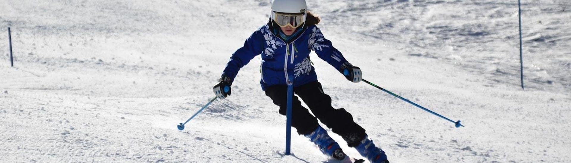 Une jeune femme travaille sur le ski parallèle pendant un Cours de ski pour Adultes - Haute-Saison - Tous Niveaux organisé par Scuola di Sci Bardonecchia.