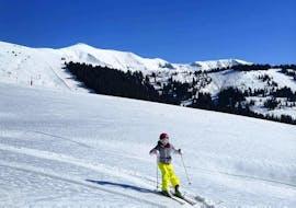 Un enfant skie en confiance grâce à son Cours particulier de ski Enfants pour Tous niveaux avec Skibex à Chamonix.