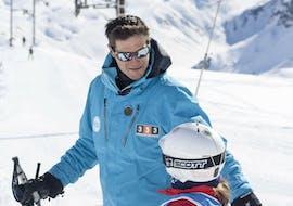 Un jeune skieur reçoit de précieux conseils de la part de son moniteur de ski de l'école de ski 333 à Tignes avant son Cours particulier de ski pour Enfants - Tignes.