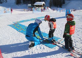 Kids with ski instructor of the Enjoyski School Valmalenco during one of the courses of the Kids Ski Lessons (6-12 y.)  for Beginners - Holidays.
